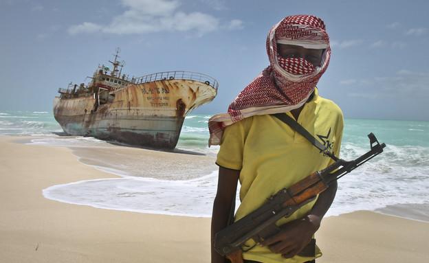 לוחם סומלי על החוף (צילום: Sakchai Lalit   AP)