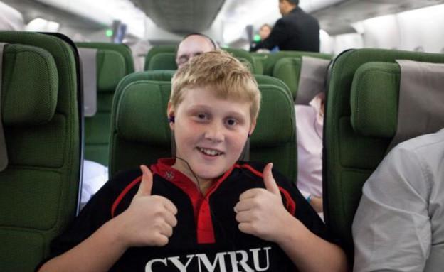ילד מהפונט בטיסה (צילום: dailymail.co.uk)