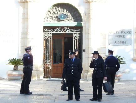 שוטרים בכניסה לתחנת המשטרה במלטה
