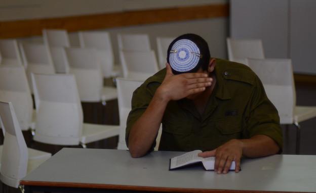 """חייל בדואי שהתגייר (צילום: יעל שלח, עיתון """"במחנה"""")"""