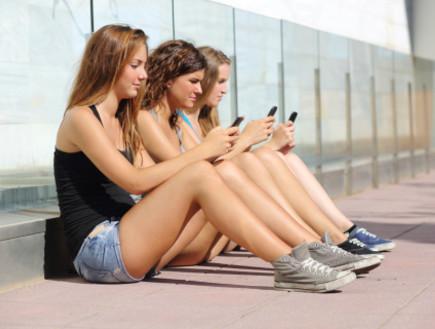 צעירים מחזיקים טלפון