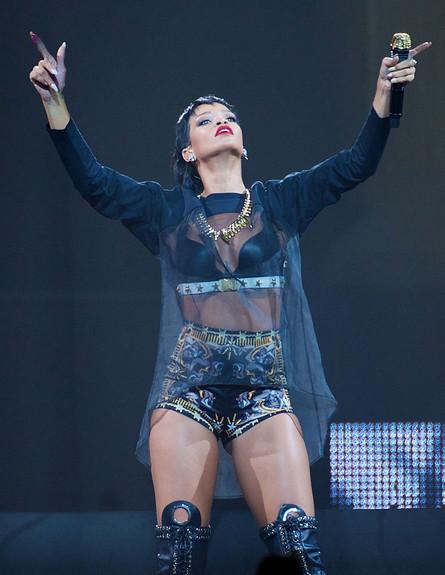 ריהאנה על הבמה במופע Diamonds