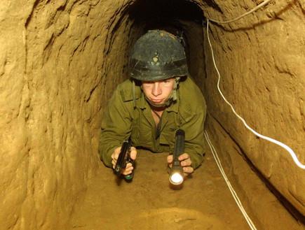 חייל חושף מנהרה