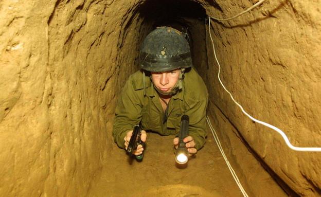 חייל חושף מנהרה (צילום: Pool, GettyImages IL)