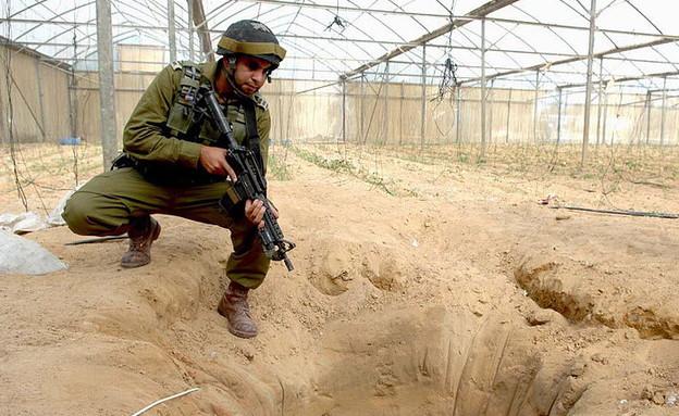 """חייל חושף מנהרה (צילום: דובר צה""""ל)"""