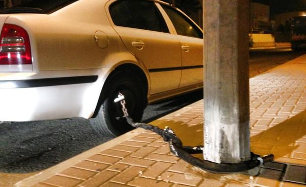 קושרים את המכונית לעמוד (צילום: אמיל טבסוב)