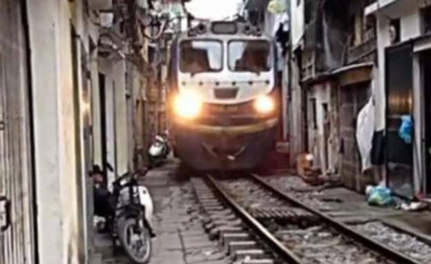 רכבת עוברת בעיר