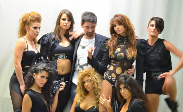 יניב אויזרץ עם להקת בנות (צילום: צ'ינו פפראצי)