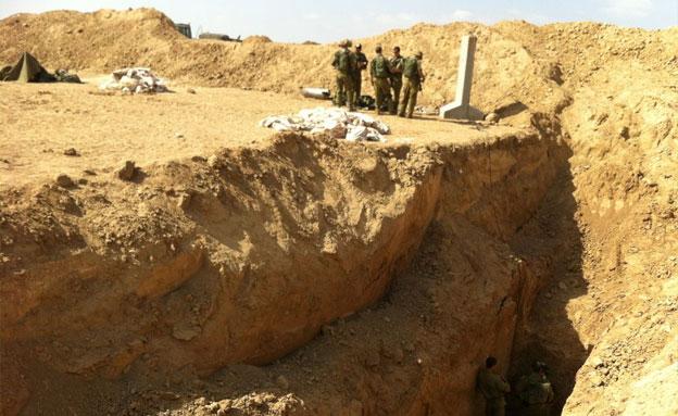 """חיילי צה""""ל מחוץ למנהרה שנחשפה בעין השלוש (צילום: רוני מרדכי)"""