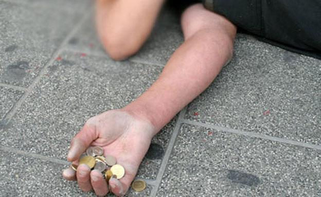 קבצן מושיט יד לכסף ברחוב (צילום: חדשות 2)