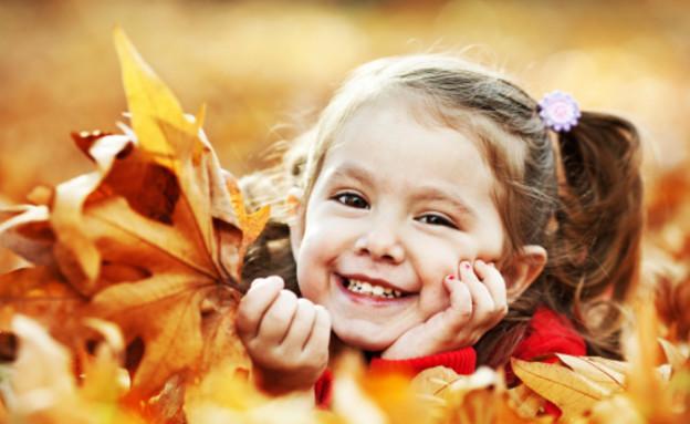 ילדה יושבת בין עלים (צילום: אימג'בנק / Thinkstock)