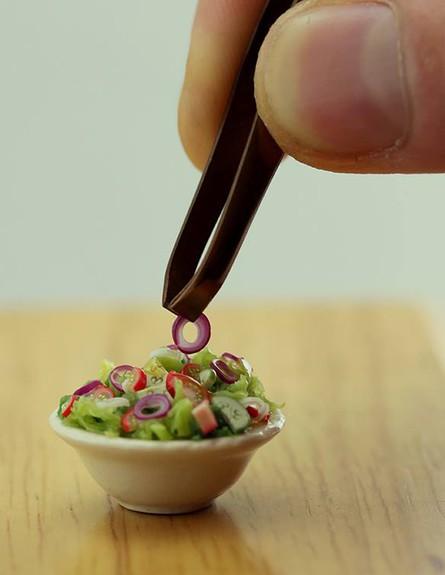 לאכול עם פינצטה (צילום: שי אהרון מיניאטורות)