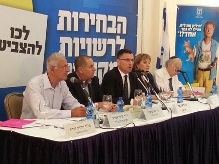 שר הפנים בחדר המצב של בחירות מקומיות 2013 (צילום: חדשות 2)