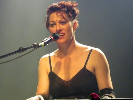 אמנדה פאלמר בהופעה (צילום: עטר רפפורט)