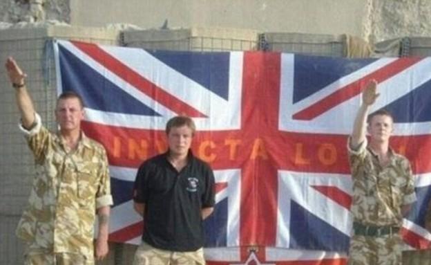 חיילים בריטים מצדיעים במועל יד