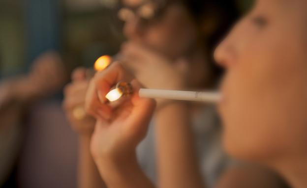 בחורה מדליקה סיגריה (צילום: רועי ברקוביץ')