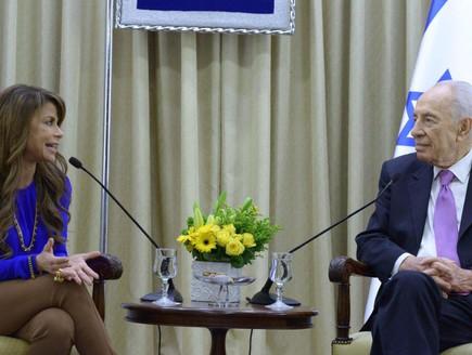 פאולה עבדול ונשיא המשינה שמעון פרס