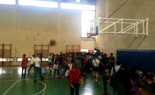 התלמידים פונו לאולם הספורט (צילום: חדשות 2)