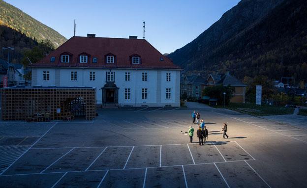 צפו: כך חזר האור לכפר בנורווגיה (צילום: רויטרס)