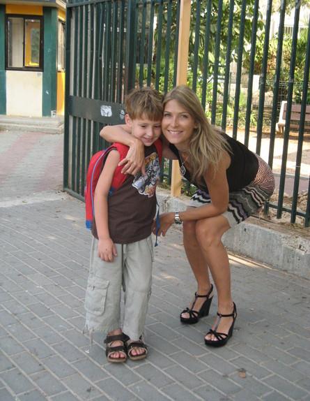 דפנה שחר עם בנה בן (צילום: תומר ושחר צלמים, צילום ביתי)