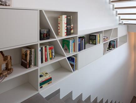 שרון ויזר חדש, מדרגות ספרייה