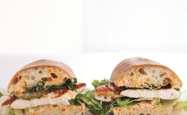 סנדוויץ' חזה עוף צלוי  (צילום: דניה ויינר, בואו לאכול: ארוחות מהירות ב-10-20-30 דקות, ידיעות ספרים)