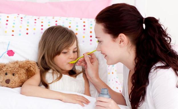 אמא מביאה תרופה לילדה (צילום: אימג'בנק / Thinkstock)