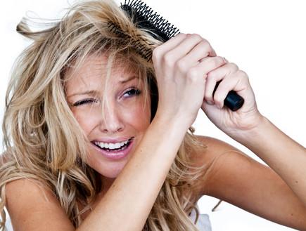 אישה מסרקת את שיערה- מיתוסים על שיער (צילום: Thinkstock)