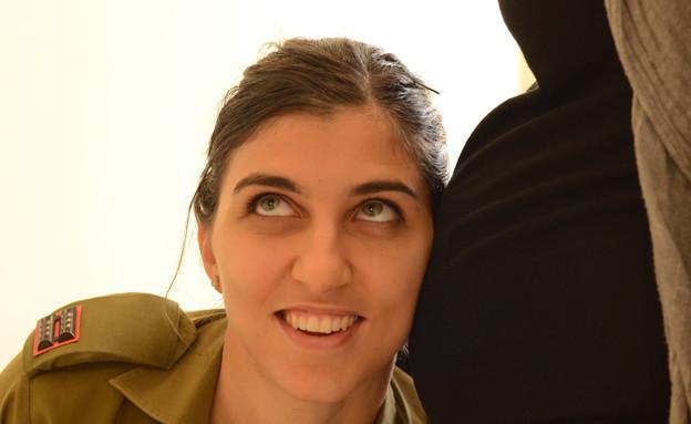 """קצינה שמלווה חיילות בהריון (צילום: מתן פאר, עיתון """"במחנה"""")"""
