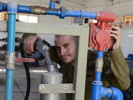 מתדלק טנקים (צילום: מתן פאר, עיתון