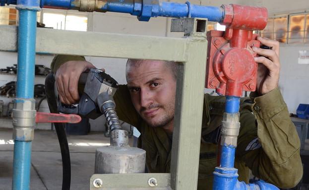 """מתדלק טנקים (צילום: מתן פאר, עיתון """"במחנה"""")"""