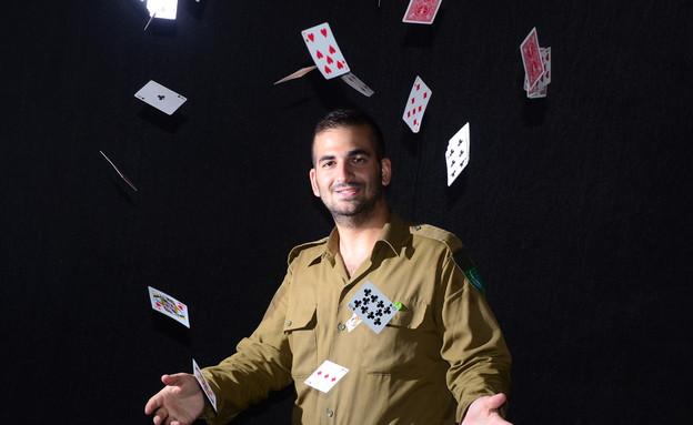"""קוסם צבאי (צילום: ספיר ברונזברג, עיתון """"במחנה"""")"""