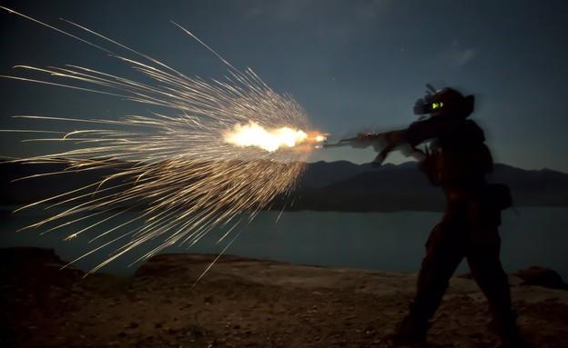 המרינס לוחמים בלילה (צילום: כוחות המארינס האמריקאים)