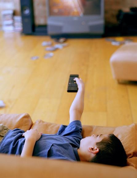 ילד מתבטל מול הטלויזיה (צילום: Mark Douet, GettyImages IL)