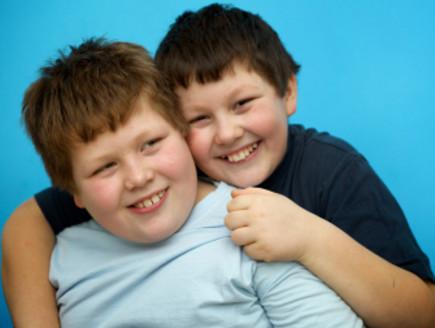 שני ילדים שמנים (צילום: fotografixx, Istock)
