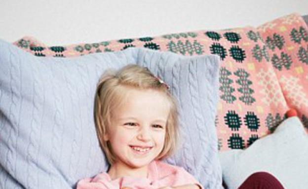 הולי גרינאהו - מדגמנת על הספה (צילום: MailOnline)