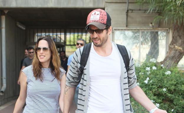 יונית לוי ועידו רוזנבלום יוצאים מבית החולים (צילום: צ'ינו פפראצי)