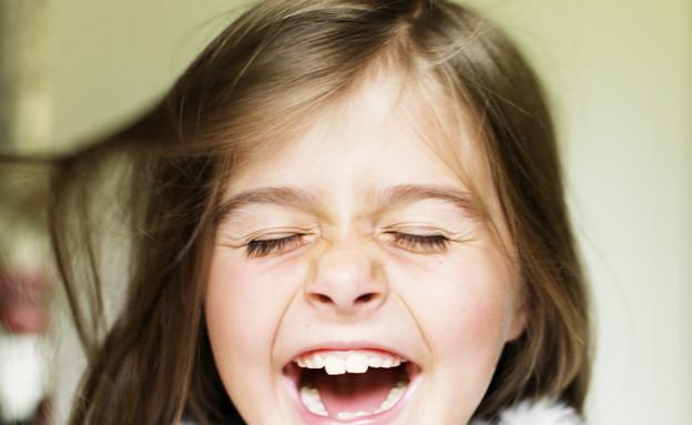 ילדה צוחקת בעיניים עצומות (צילום: אימג'בנק / Thinkstock)
