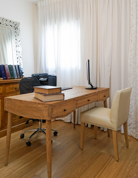 פנטהאוז חלי ישראלי, חדר גיטרות שולחן
