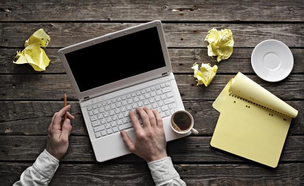 מחשב ונייר של כותבים (צילום: אימג'בנק / Thinkstock)