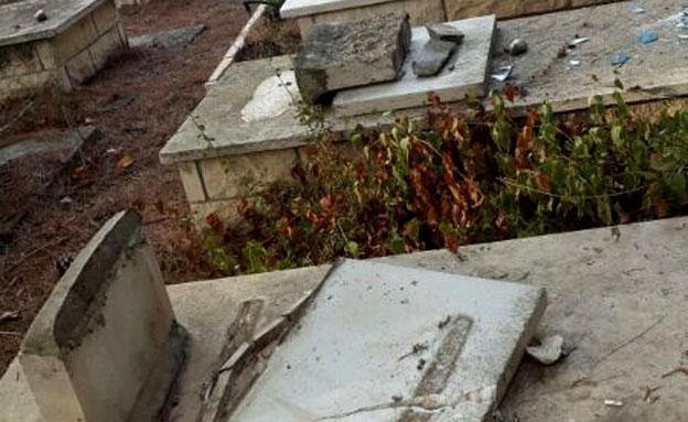 שוב: עשרות קברים חוללו (צילום: שי)