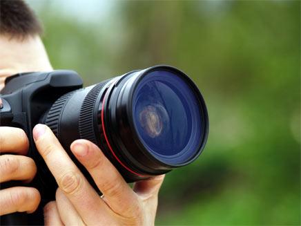 צלם מצלם במצלמתו (צילום: RUBEN M RAMOS, Shutterstock)