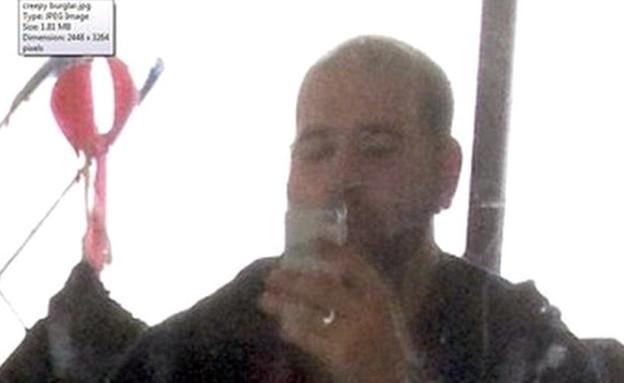 השודד צילם את עצמו במכשירי הקורבן  (צילום: SWNS.com)