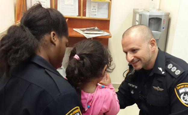 """הילדה שחולצה עם שוטרים בתחנת ב""""ש (צילום: דוברות משטרת מחוז דרום)"""