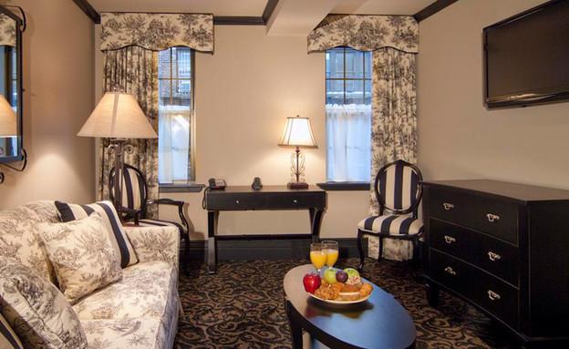 סלון בחדר במלון בניו יורק, אריק הניג (צילום: frenchquartersny.com)