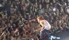 ג'סטין מפיל מקרופון (צילום: youtube.com)