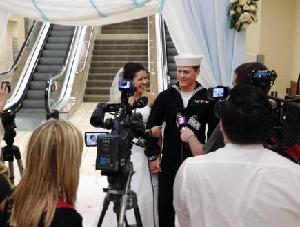 חתונה בשדה התעופה (צילום: סי. בי. אס)
