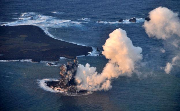 צפו בהתפרצות הר הגעש ביפן (צילום: AP)