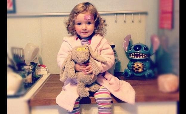 בובת ארנב - רובי מחבקת את הבובה (צילום: MailOnline)
