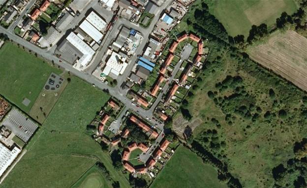 השכונה נראית כמו פין (צילום: Google Maps)